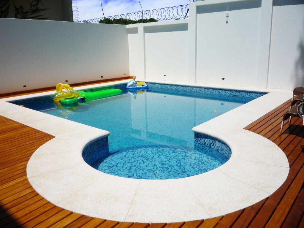 Construindo minha casa clean piscina de concreto vinil for Fotos de piscinas hermosas