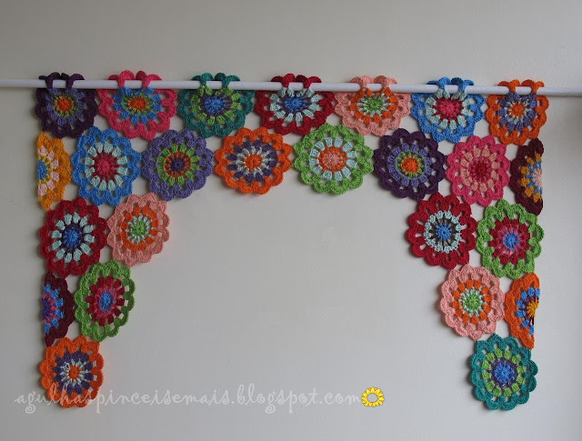 Gosto desta cortina porque é colorida e alegre, em qualquer ambiente ...