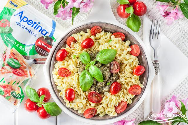 caprese, makaron caprese, pesto bazyliowe, pesto z bazylii, makaron z pesto, danie z makaronem i sosem, sos bazyliowy, kraina miodem płynąca, danie włoskie, danie z włoch