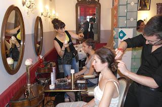 Eddy et Kalyce réalisant les coiffures pour les invités Birchbox lors de l'étape à Montpellier du Feel Good Tour de Birchbox qui a sélectionné le salon de coiffure Studio 54 pour accueillir cette soirée et animer les ateliers coiffures.
