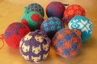 Разноцветные вязаные шары