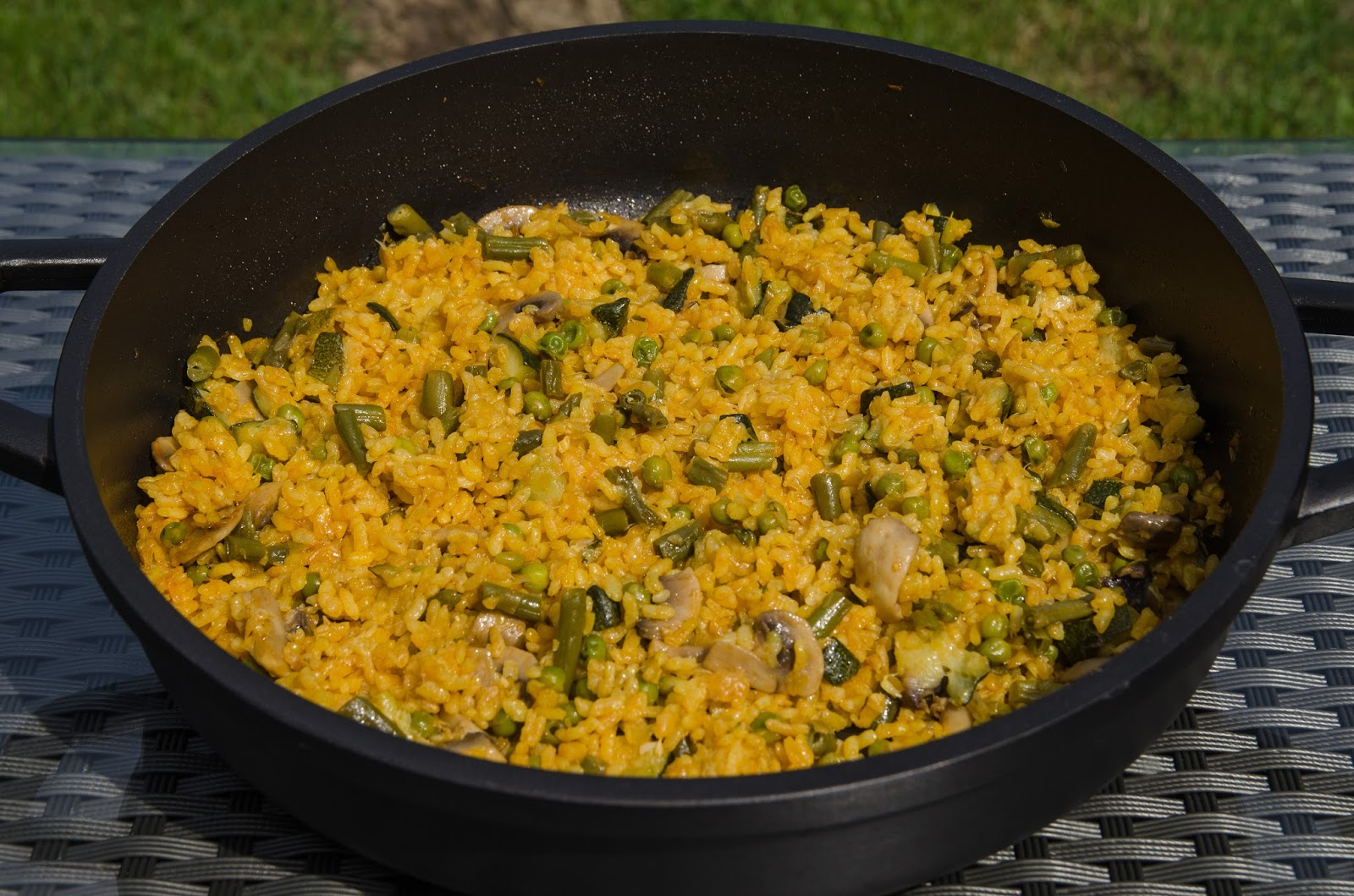 como-hacer-arroz-verduras-horno-montaña-casero-receta-facil-sana-saludable-ligera-judias-guisantes-alcachofa-calabacin-champiñones-bruja