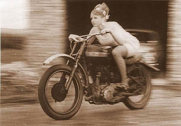Noia en moto, cosa dels 40 als 60, amb pinta de que corre molt