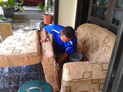 cara mencuci sofa kain