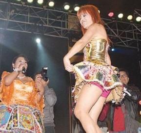 Foto de Magaly Medina bailando huayno en pollera