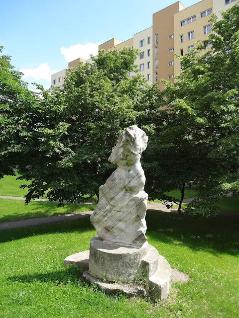 Rzeźby na osiedlu Ostrobramska.