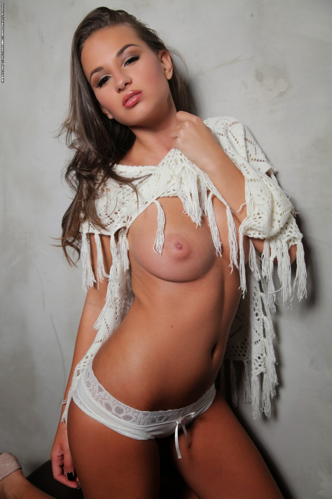 Voluptuous Gloria topless | striptease photo gallery
