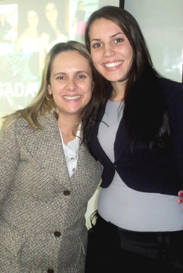 Orientadora Alba Fernandes e egressa Natasha Cantarini na apresentação TCC