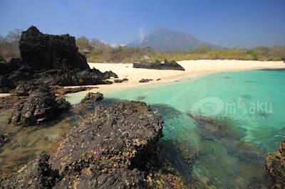 Suasana pantai Inaburak, Adonara