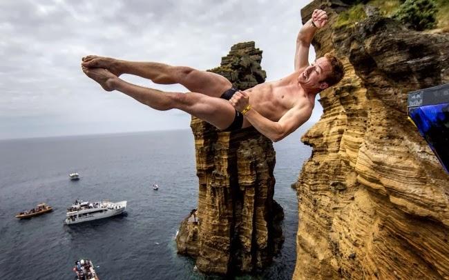 Прыжок с высоты 30 метров на соревнованиях Red Bull Cliff Diving.
