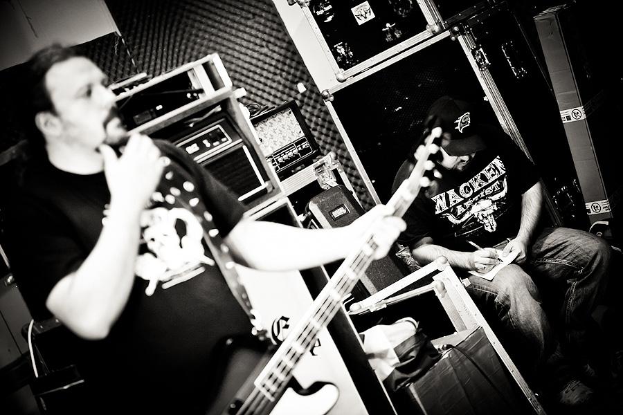 77debd8bd25 Jesienią 2009 za pośrednictwem wydawnictwa Metal Mundus światło dzienne  ujrzała debiutancka płyta Leash Eye zatytułowana V.E.N.I