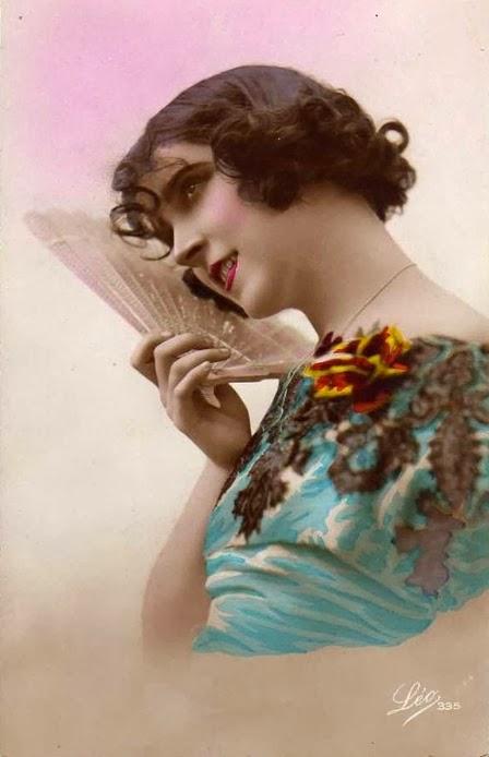 El abanico todo un arte - Página 2 Mujer+vintage+con+abanico-Maleta+de+Recortes