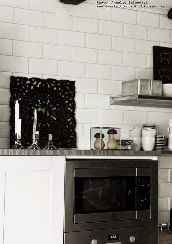 kök, kitchen, industrial, industristil, industrikök, ugn, olika nivåer på skåp, vitt kakel, ljusstakar, grått kök, gråa köksluckor, hth, industrial home, inredning, inredningsblogg, blogg