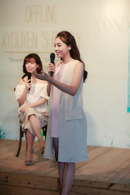 Hoa hậu chọn bộ cánh tối giản với gam màu pastel, chải tóc đơn giản để tạo nên sự gần gũi với các fan.