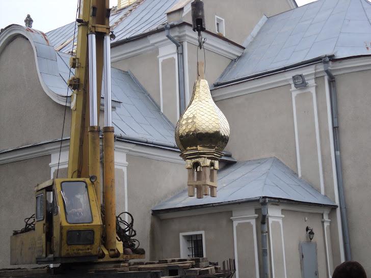 Світлини робочого процесу із встановлення малого куполла на задньому мурі храму