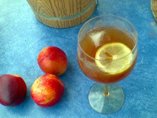 Hemmagjord sherry med isbit och citronskiva