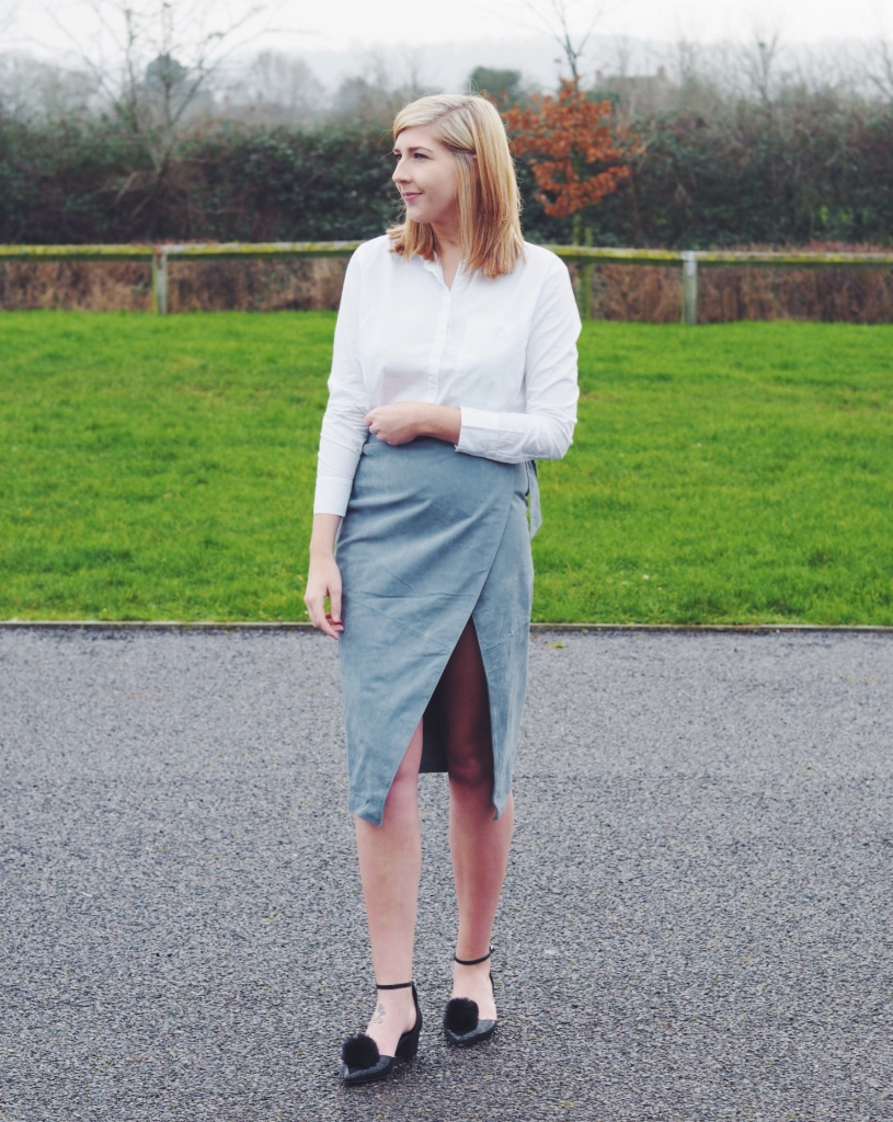 asos, asseenonme, wiw, whatimwearing, lotd, lookoftheday ootd, outfitoftheday, asossuedeskirt, suedeskirt, asossale, whiteshirt, fbloggers, fashionbloggers, fblogger, pompomshoes