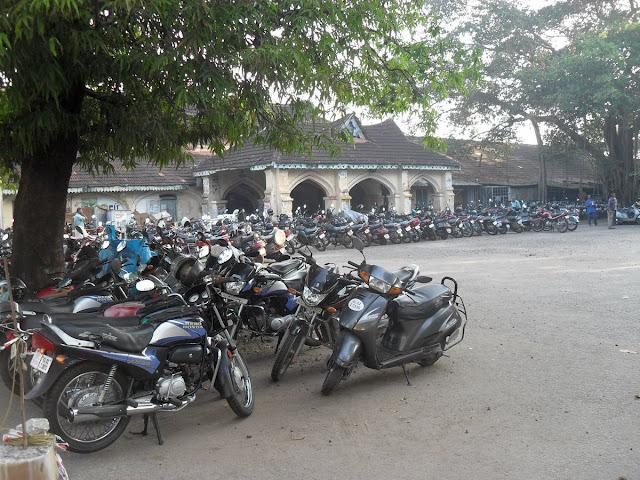 стоянка мотоциклов в Индии