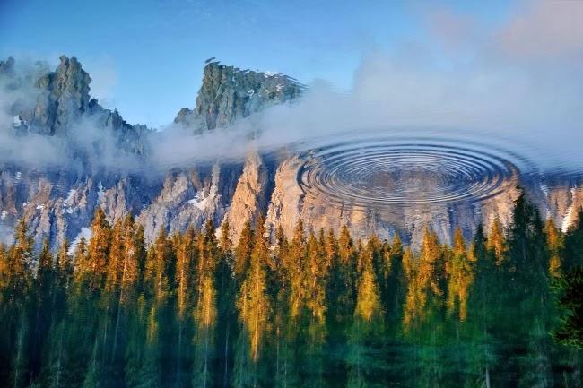 Отражение окружающего ландшафта в озере Карецца, Италия