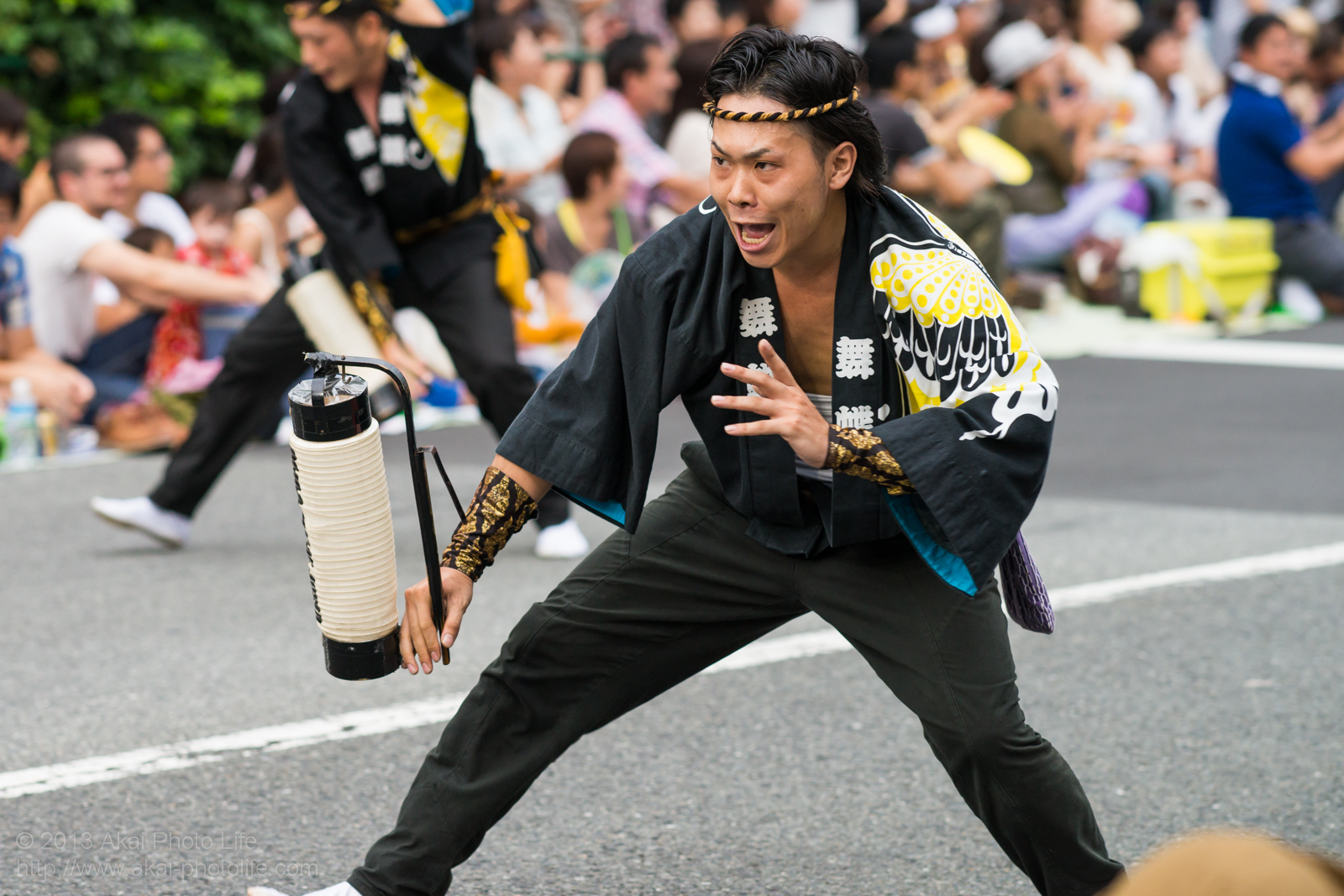 高円寺阿波踊り 舞蝶連の提灯を使った男踊り