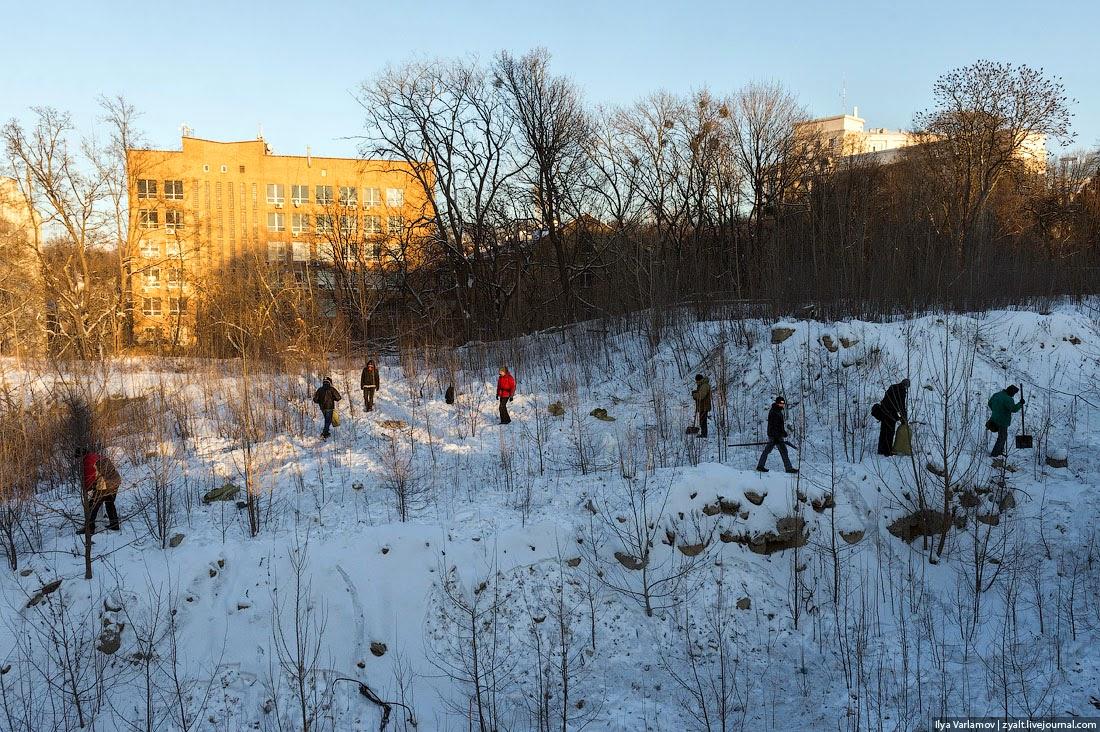 32. Активисты Майдана собирают снег в мешки - главный стройматериал Майдана.