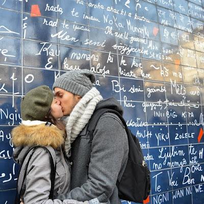 tendre baiser devant le mur des je t'aime