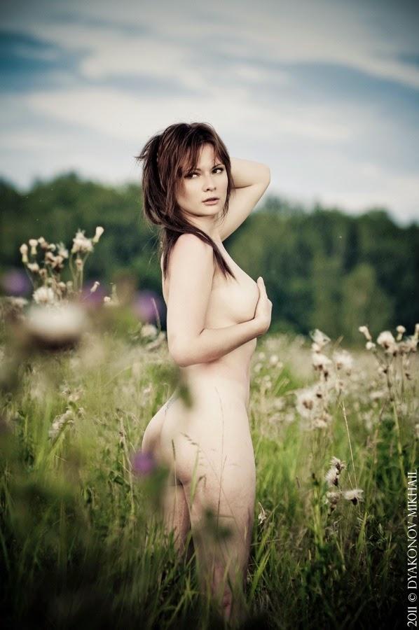 photo de Jannet «Sorekage»Vinogradova nue dans un champ de fleur