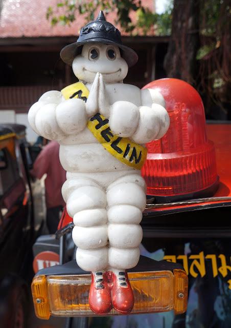 Wai par le bonhomme Michelin en Thailande