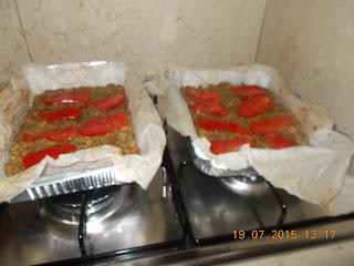 pizza di carne macinata farcita con prosciutto cotto  pomodori e mozzarella   e rosti di zucchine e patate - pizzette di  zucchina