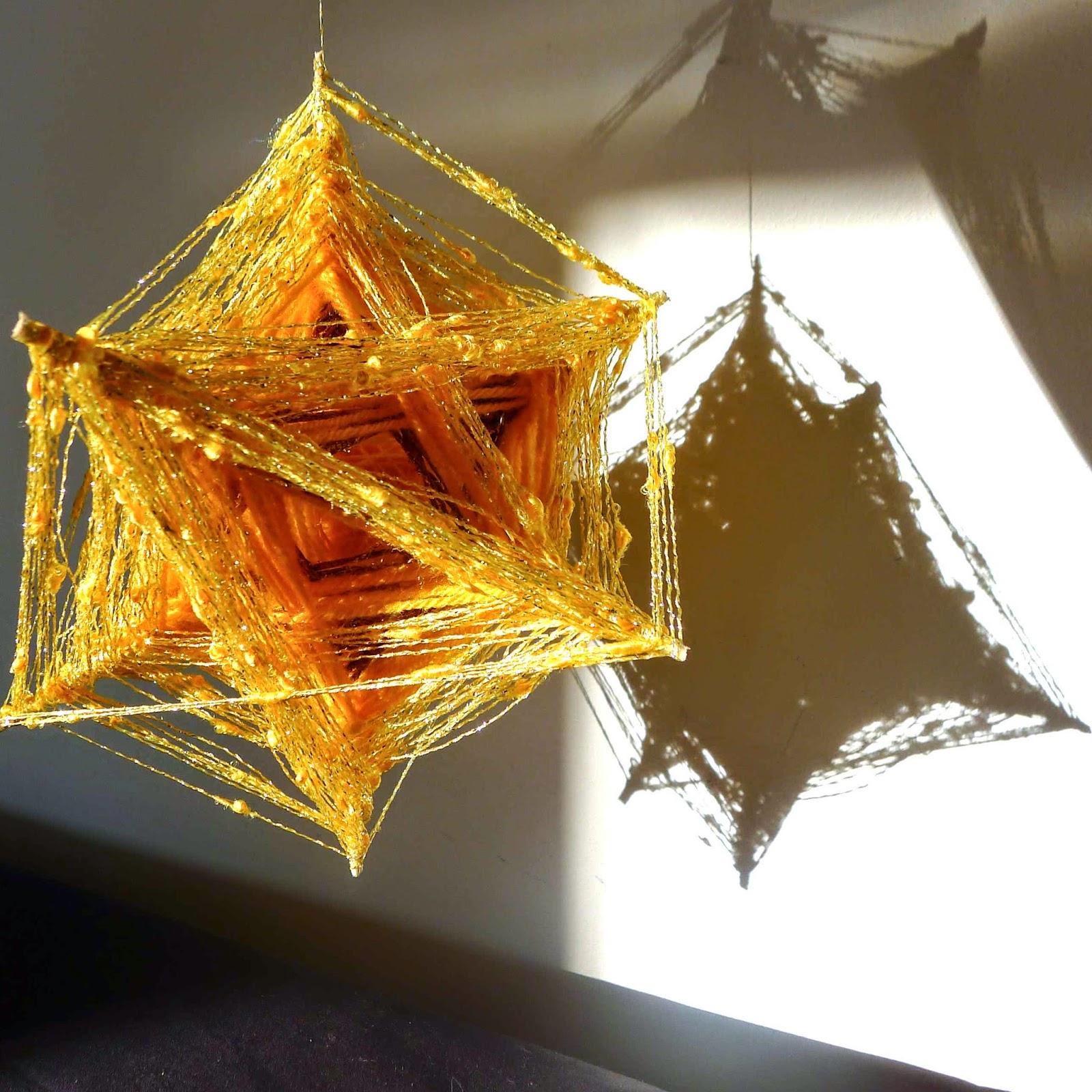 art textile Bidulafil astre en 3d tissage sur structure en baguette de bois avec différents fils, laine, coton, lurex. Forme étoilée / cristaline
