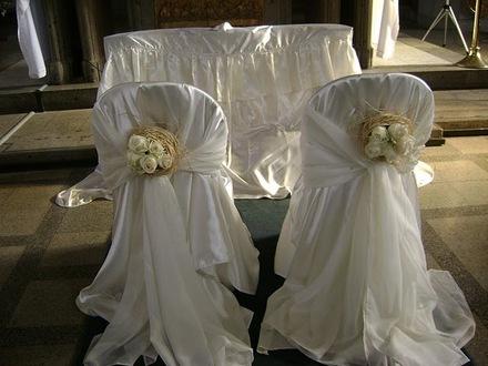 Afkalizbodas la decoraci n del altar en una boda for Sillas para novios en la iglesia