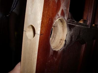 Decoraciones manualidades en madera como colocar chapa for Perchas para puertas sin agujeros