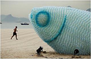 Ψάρια γίγαντες φτιαγμένα από πλαστικά μπουκάλια-1