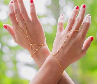 O la elegancia de llevar una fina pulsera, anillo. Vuelven con fuerza y son tendencia. Parece que para quedarse por algún tiempo, las bigoux de main quedan