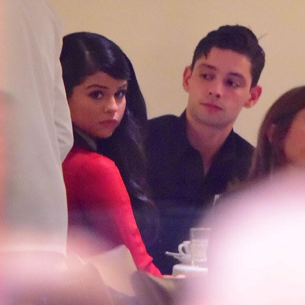 Selena Gomez curte jantar em clima de romance e aumenta rumores de namoro