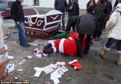 Ông già Noel đang nằm trên đường sau vụ tai nạn xảy ra