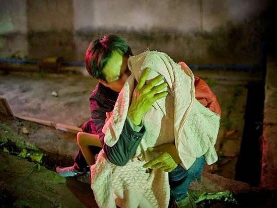 fotos mostram chineses no momento que entregam os filhos para o governo