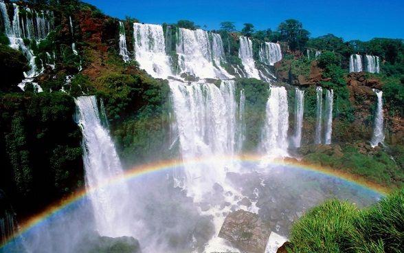 paisajes de cascadas con arcoiris