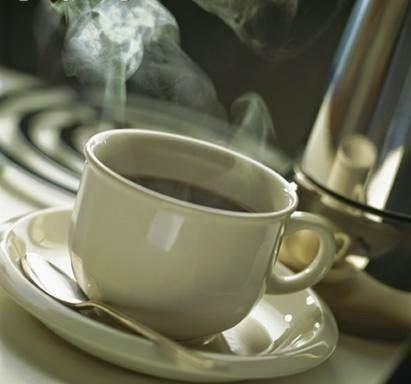 sonríe con un café