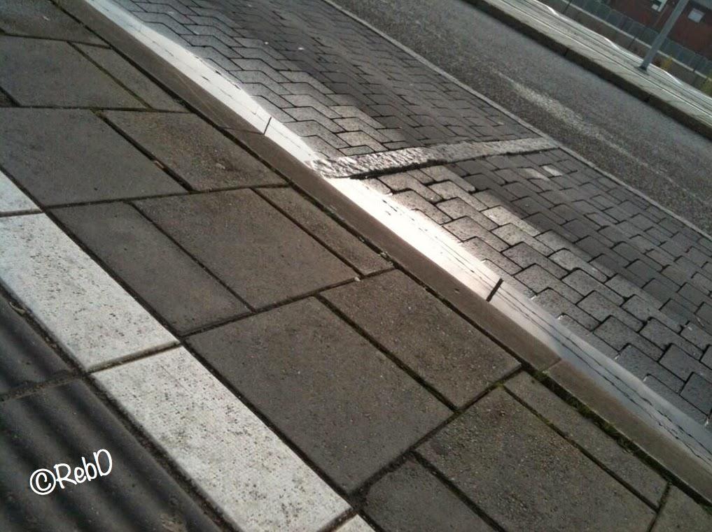 gatstenar belysta från sidan av morgonsol. foto: Reb Dutius