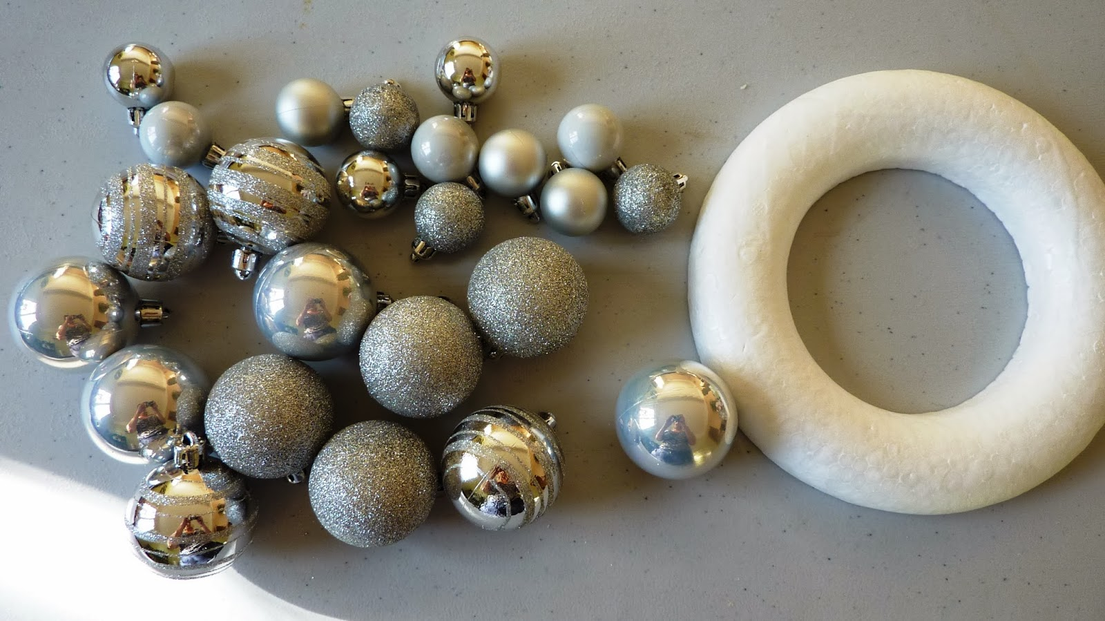 #5D4D32 Initiales GG : DIY De Noël Vite Une Couronne! 5511 décorations de noel simple à fabriquer 1600x899 px @ aertt.com