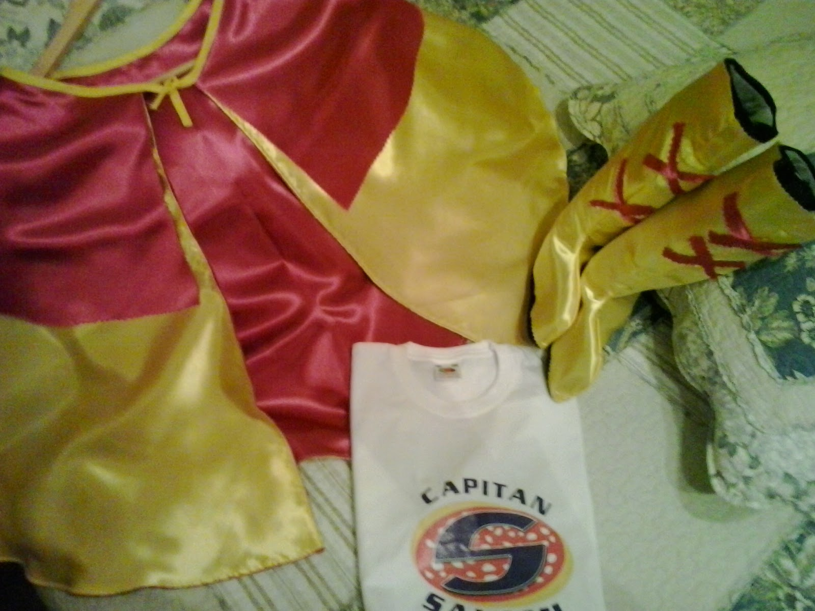 capa, botas y camiseta de capitan salami