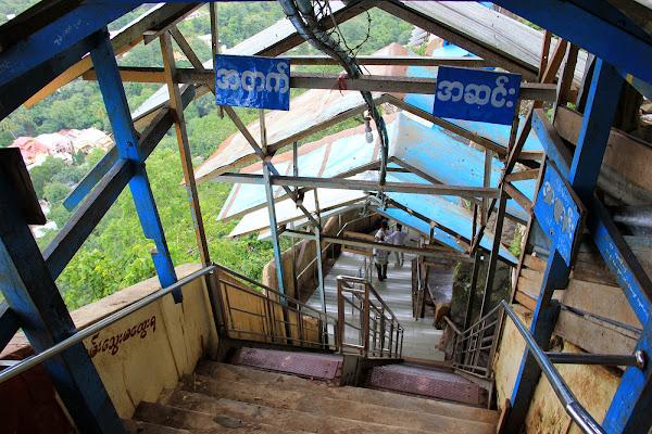 Empinadas escaleras para subir al Monte Popa