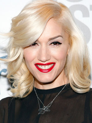 A deep size-part and softly rolled-outward layers give Gwen Stefani's hairstyle a youthful vibe.