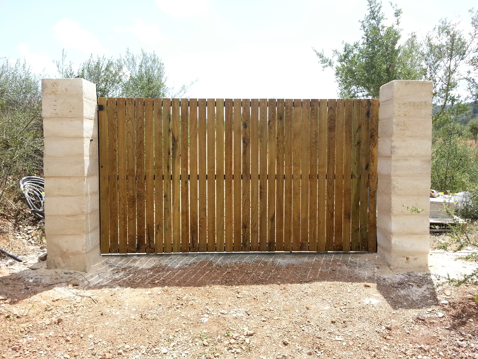 Puertas correderas de hierro revestidas de madera para fincas rusricas puerta corredera - Cierres de madera para fincas ...