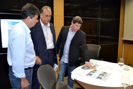 Em reunião realizada há algumas semanas, o prefeito Arlei mostra o projeto do conjunto habitacional no Rosário ao vice-governador Luiz Fernando Pezão e ao deputado estadual André Corrêa