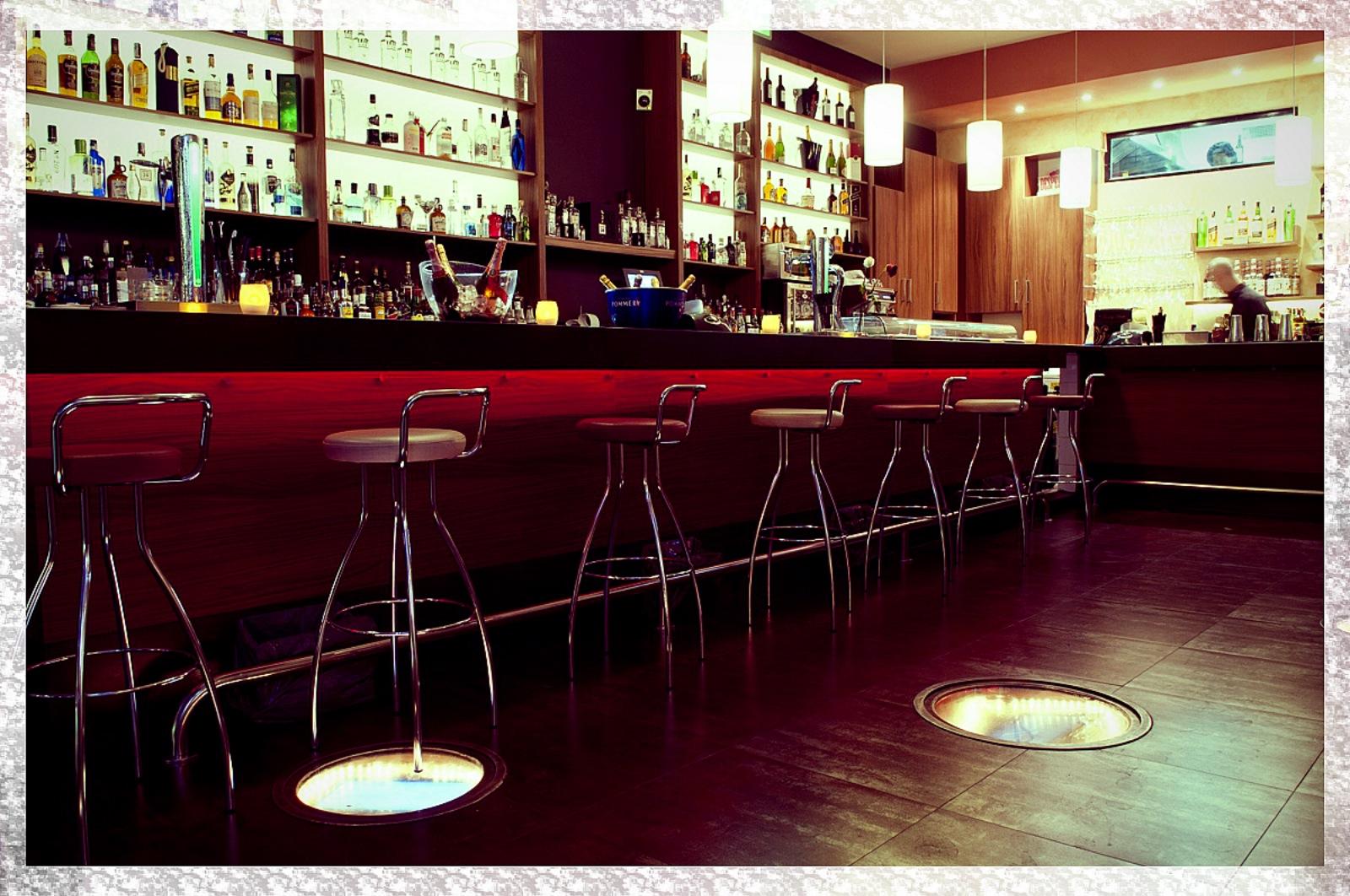 La agenda que te har feliz julio 2012 - Decoracion de bares de copas ...