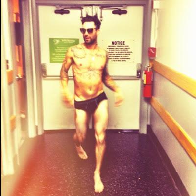 Prometida de Adam Levine sube foto de el en calzoncillos