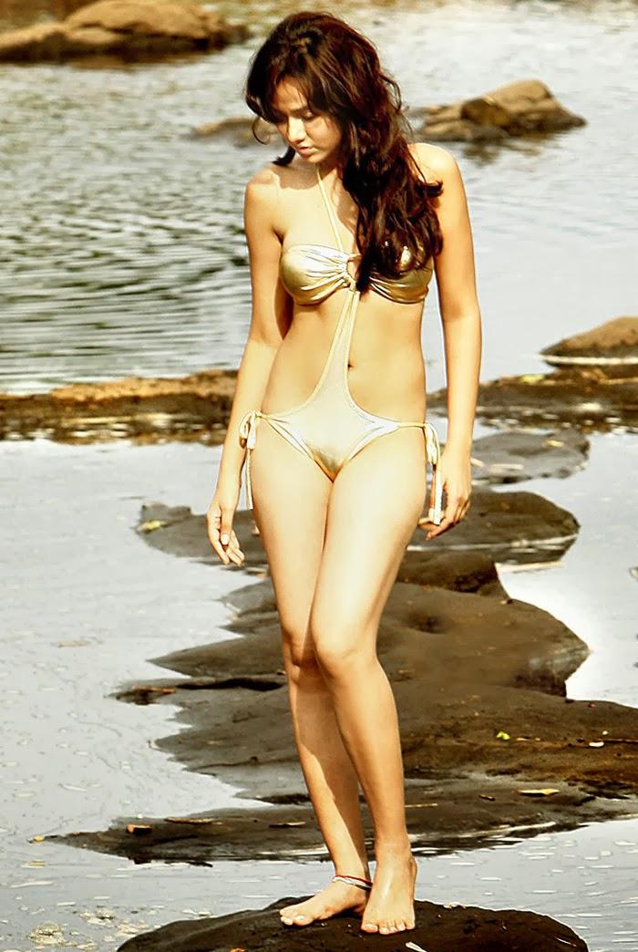 Nisha kotari en bikini