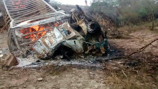 Carro bate de frente com carreta e três pessoas morrem na BR-116 (Foto: Portal Cleriston Silva)